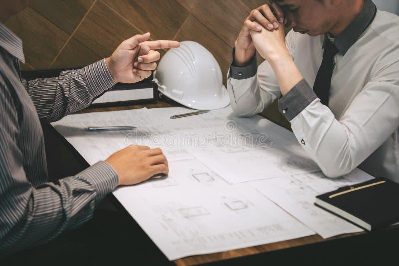 Engenharia ou arquiteto de constru??o para discutir um modelo ao verificar a informa??o na tiragem e no esbo?o, encontrando-se imagens de stock royalty free