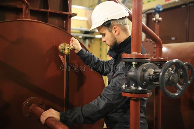 Engenheiro mecânico no petróleo e gás da facilidade Trabalho do serviço no tanque da água técnica foto de stock