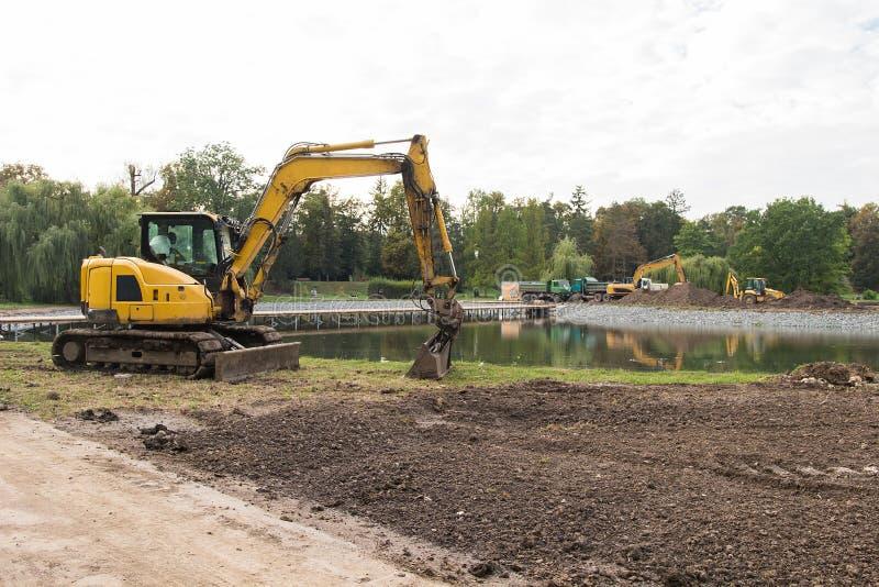 Engins de travaux publics lourds Excavatrice jaune sur le chantier de construction photographie stock libre de droits