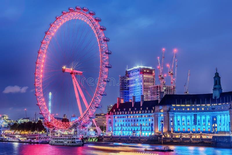England, das Vereinigte Königreich: London-Auge, ein riesiges Riesenrad auf Bank von der Themse stockfoto