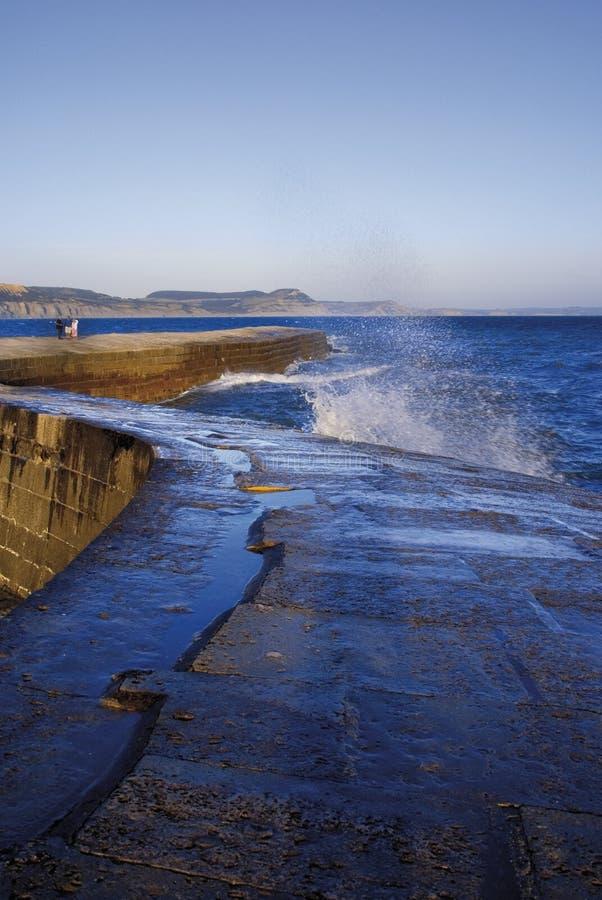 England Dorset lyme regis-Hafenjuraküste das cobb harbou lizenzfreie stockfotografie