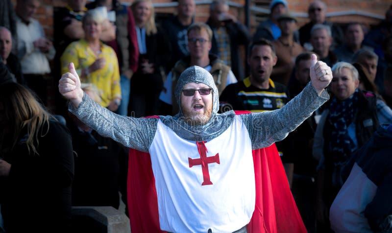 England-Sport-Fan in Ritter Templar-Kostüm stockfotos