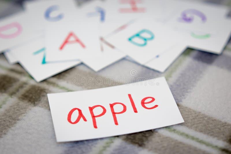 Englisch; Lernen des neuen Wortes mit den Alphabet-Karten lizenzfreies stockbild
