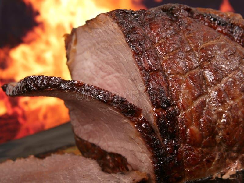 Englischbratenfleisch durch Feuer mit Flammen lizenzfreies stockfoto