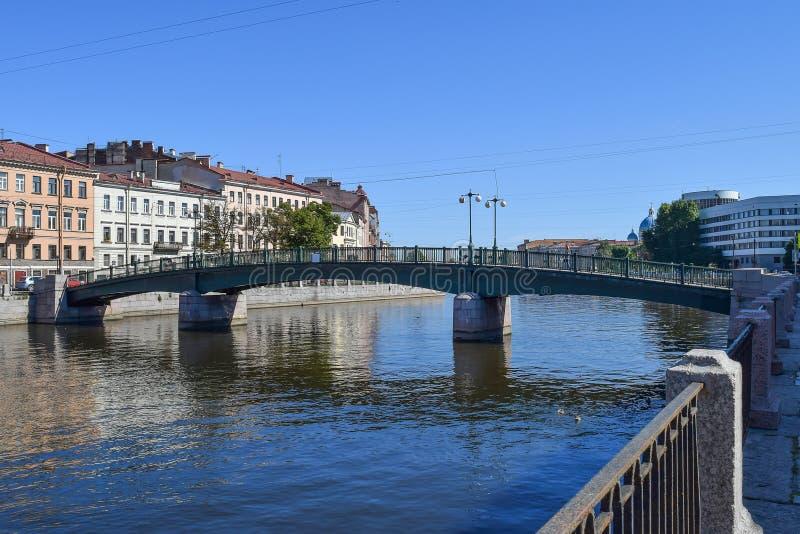 Englische Brücke Der Fontanka-Flussdamm in StPetersburg stockfoto