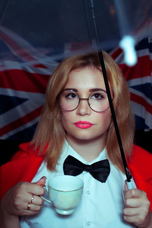 Englische Dame mit Regenschirm und Tasse Tee lizenzfreies stockbild