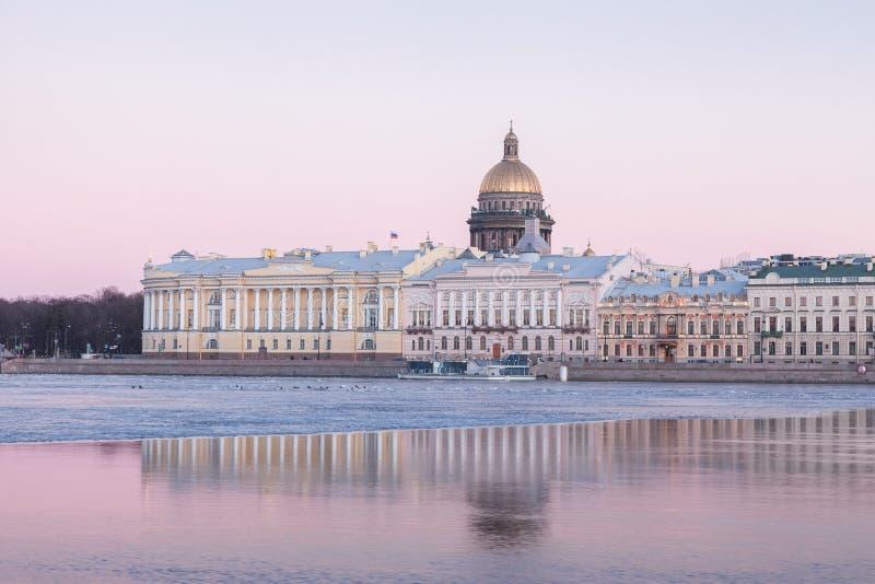 Englische Damm und Heiliges Isaacs-Kathedrale, St Petersburg lizenzfreie stockfotos