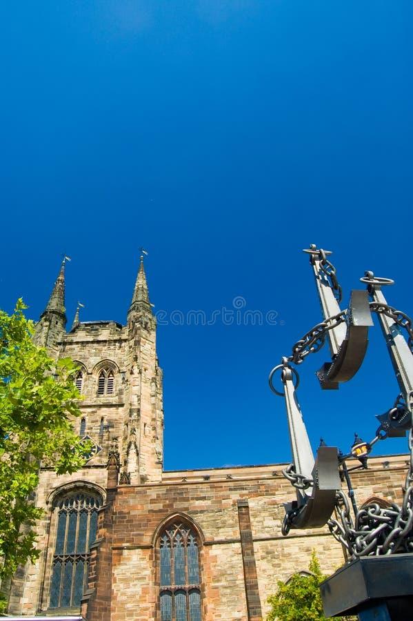 Englische Kirche und Skulptur stockfoto