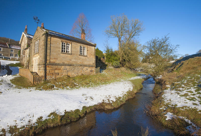 Englische Landschaft des ländlichen Dorfs im Winter lizenzfreies stockfoto