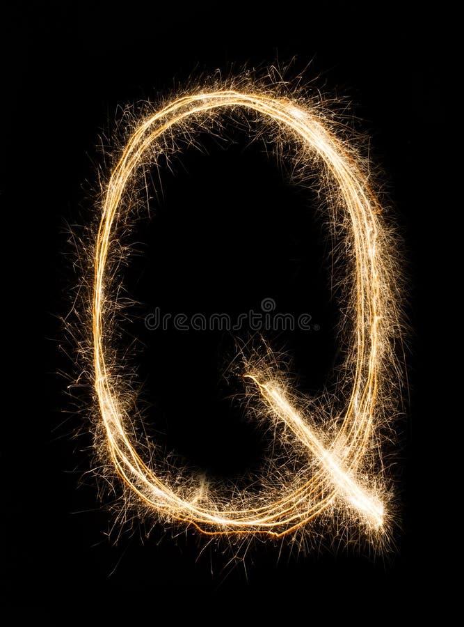 Englischer Buchstabe Q vom Wunderkerzealphabet auf schwarzem Hintergrund lizenzfreies stockbild