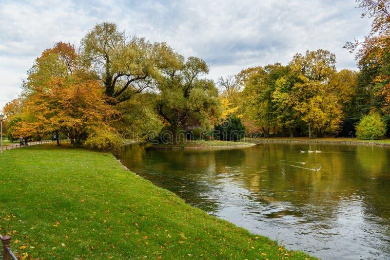 Englischer Garten en Munich alemania fotos de archivo