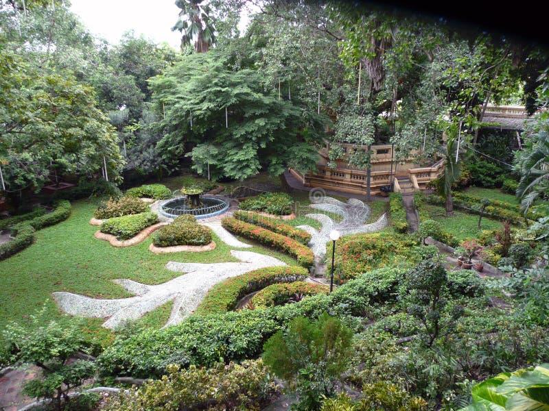 Englischer Gartenpfad und -türen lizenzfreie stockfotografie