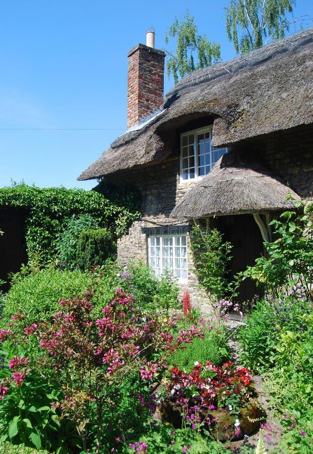 Englischer Häuschengarten stockbilder