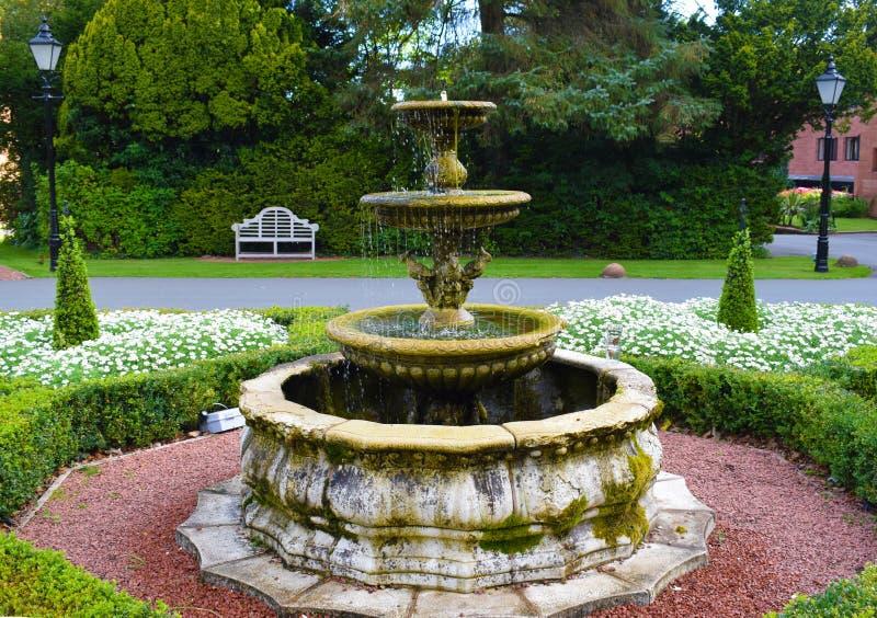 Englischer Landschafts-Hotel-Garten-Brunnen im September lizenzfreies stockbild