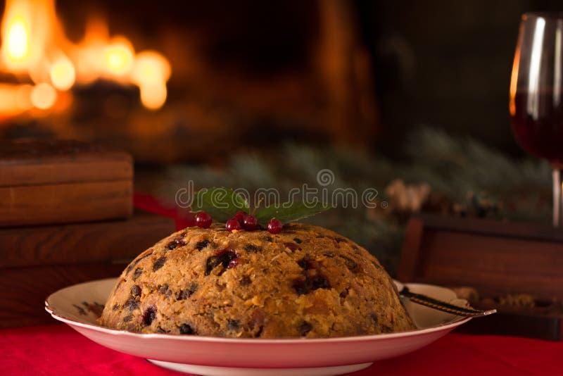 Englischer Weihnachtspudding mit Löffel Englischer Weihnachtspudding mit Löffel Traditionelles Englisch gedämpfter Pudding mit Tr lizenzfreie stockfotografie
