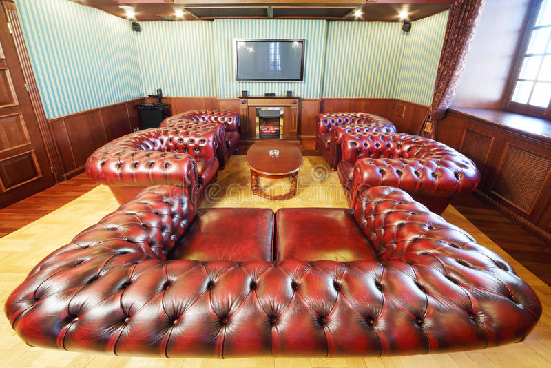Englischer Zigarrenraum mit Ledersesseln für Rest stockfotos