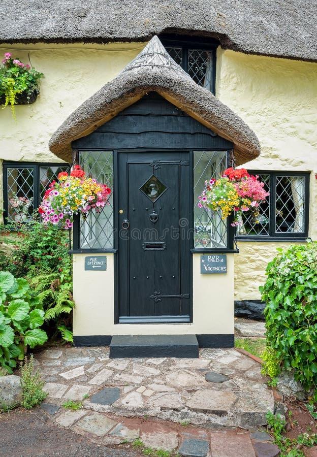 Englisches Dorf deckte Häuschen-Kneipen-Bett - und - Frühstück mit Stroh lizenzfreies stockbild