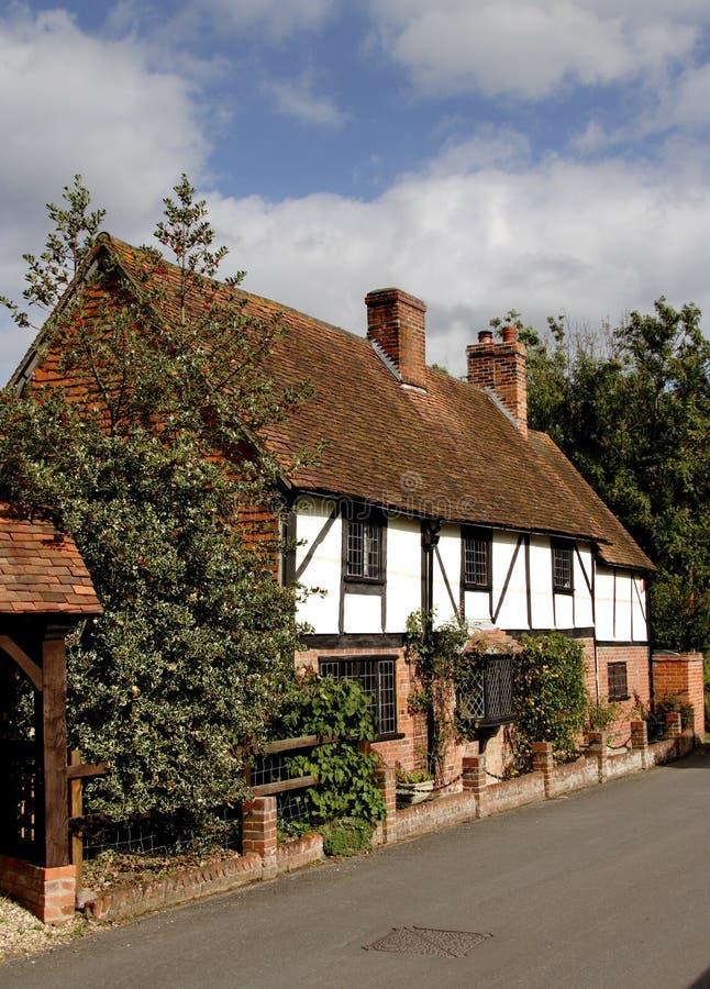 Englisches Dorf-Häuschen lizenzfreie stockfotografie