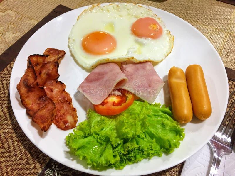 Englisches Frühstück mit Spiegeleiern lizenzfreies stockfoto