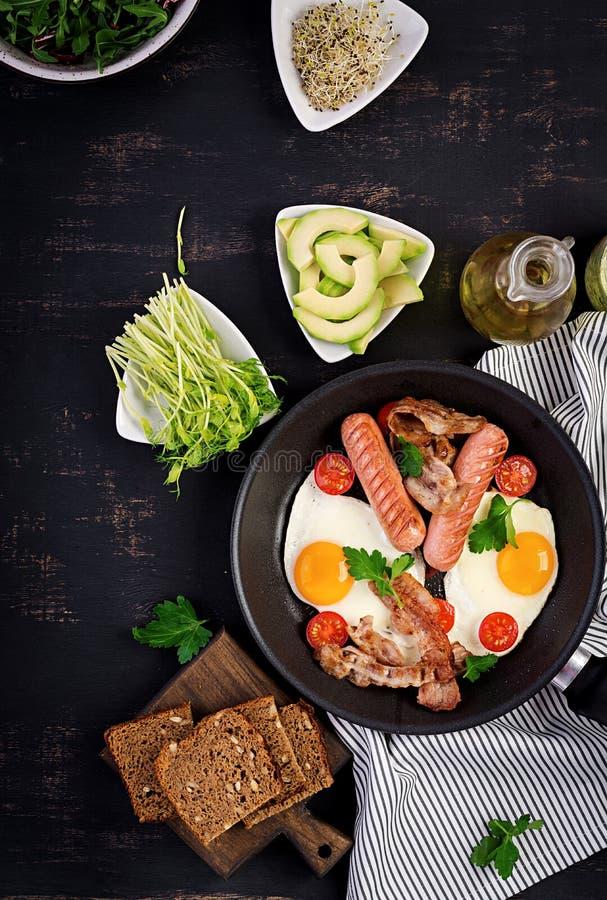 Englisches Fr?hst?ck - Spiegelei, Tomaten, Wurst und Speck lizenzfreies stockfoto