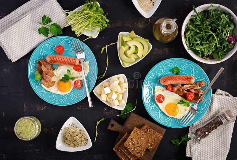 Englisches Fr?hst?ck - Spiegelei, Tomaten, Wurst und Speck stockfoto