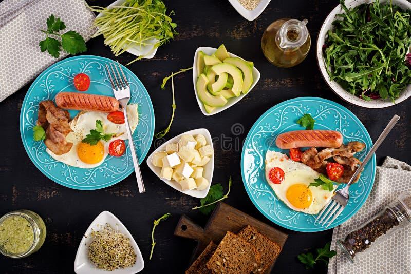 Englisches Fr?hst?ck - Spiegelei, Tomaten, Wurst und Speck stockbild