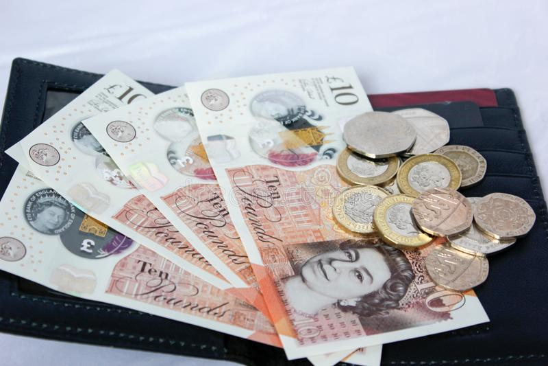 Englisches Geld und Münzen in der ledernen Geldbörse stockfoto