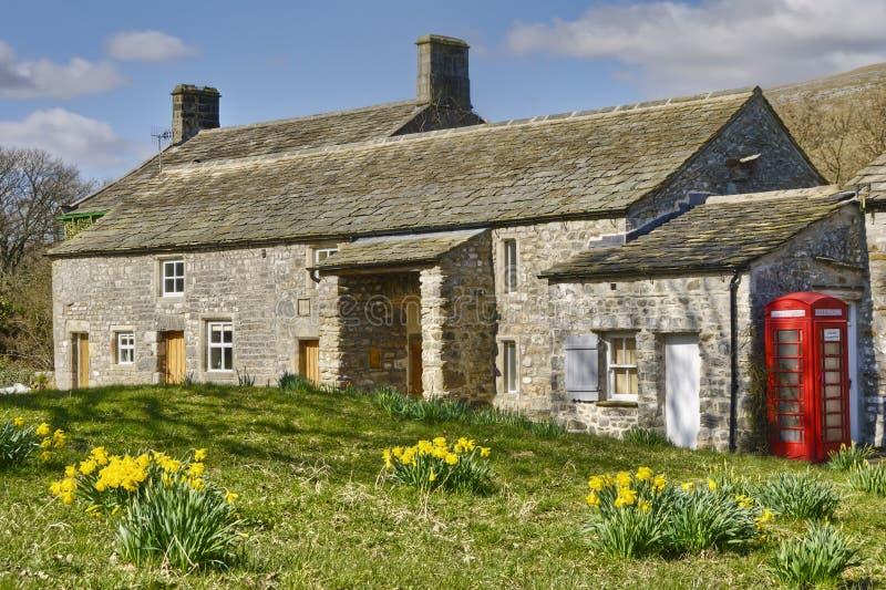 Englisches Häuschen in der Landschaft stockfotografie