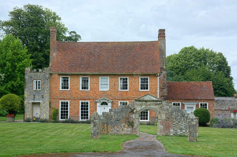 Englisches Land-Herrenhaus mit Ruinen lizenzfreie stockfotografie