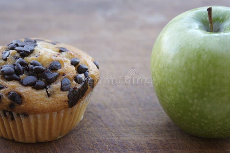 Englisches Muffin und Apfel stockfotografie