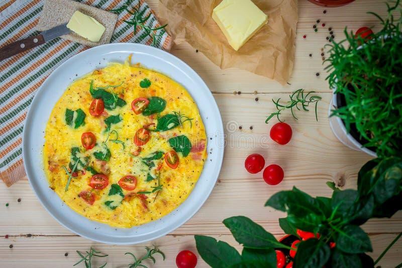 Englisches Omelett mit Butter und Tomaten stockfotografie