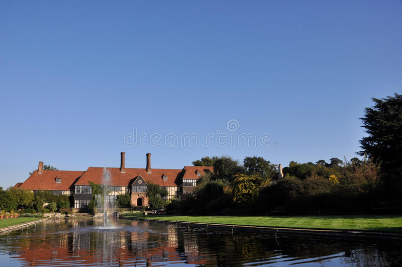 Englisches prächtiges Haus mit Brunnen lizenzfreie stockfotografie