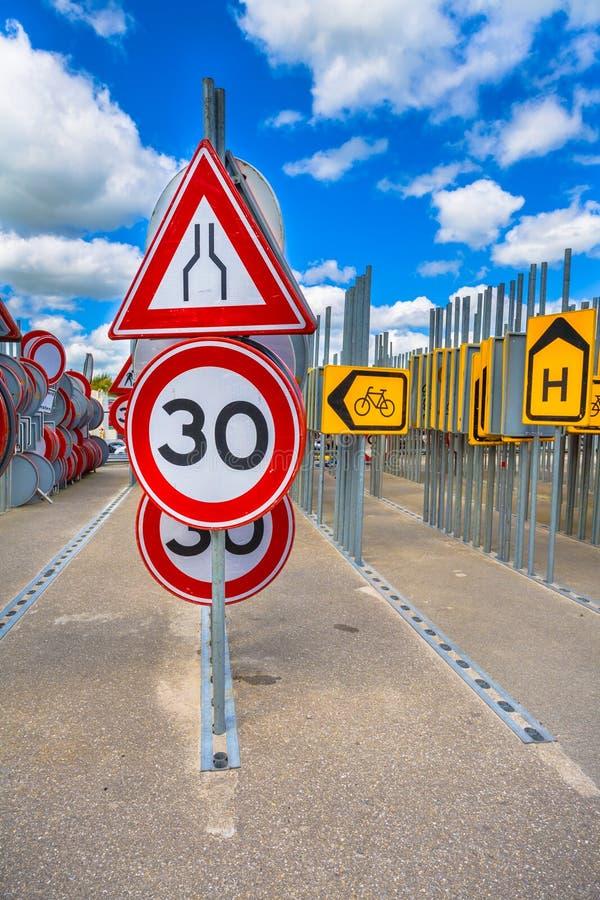 Engpassstraße, die Zeichen verengt stockbild