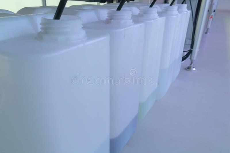 Engrais liquide dans le système hydroponique en plastique photographie stock libre de droits