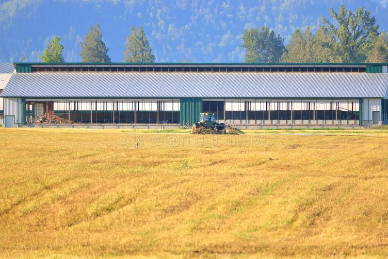 Engrais liquide et Hay Field ouvert photographie stock