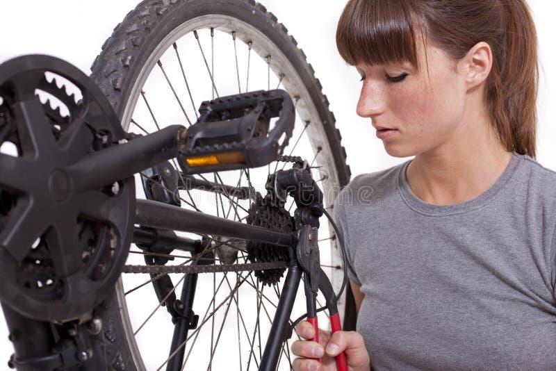 Engranaje de la fijación en la bicicleta con los alicates imagenes de archivo