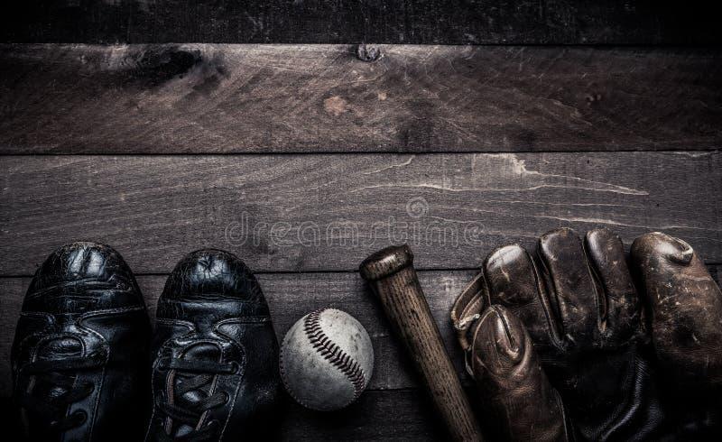 Engranaje del béisbol del vintage en un fondo de madera imágenes de archivo libres de regalías