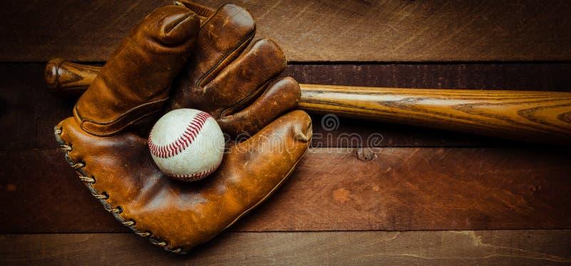 Engranaje del béisbol del vintage en un fondo de madera imagen de archivo