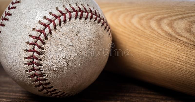 Engranaje del béisbol del vintage en un fondo de madera fotografía de archivo libre de regalías