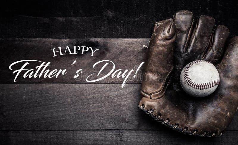 Engranaje del béisbol del vintage en un fondo de madera con el saludo del día del ` s del padre fotografía de archivo libre de regalías