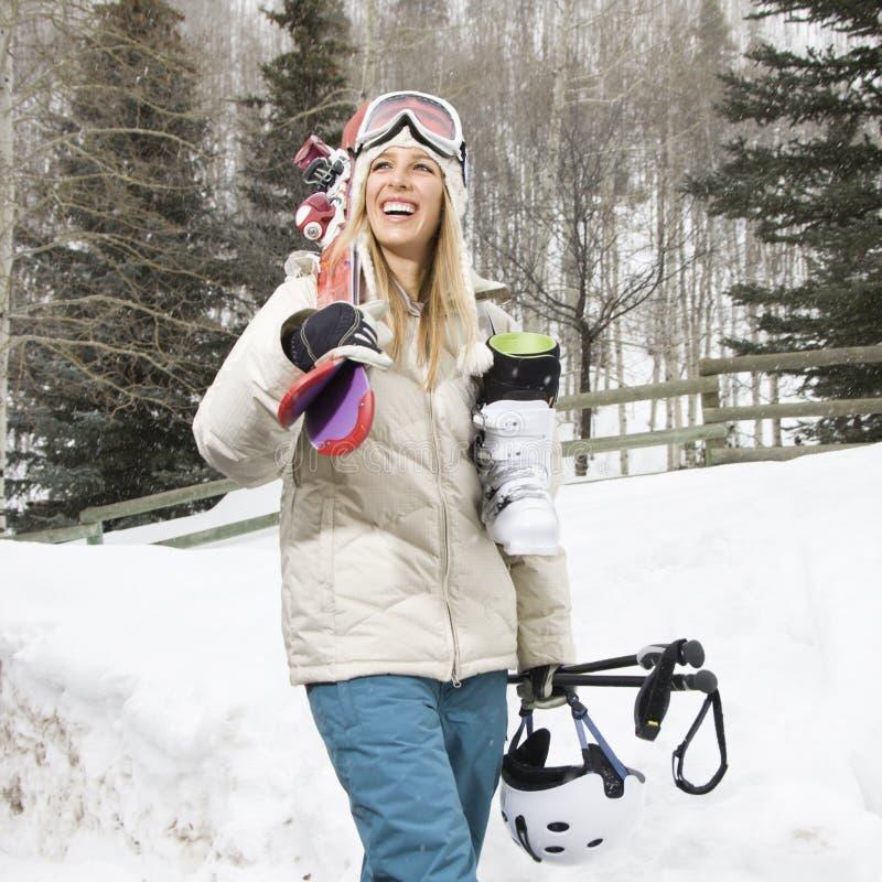Engranaje del esquí de la mujer que lleva. foto de archivo libre de regalías