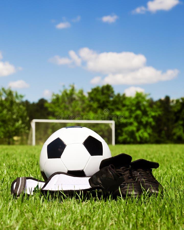 Engranaje del fútbol de los niños en campo imagen de archivo libre de regalías