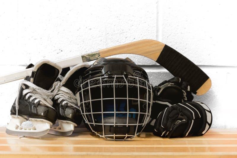 Engranaje del hockey del ` s del niño: casco, palillo, guantes, patines foto de archivo