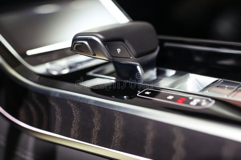Engranaje moderno del cambio en interior de lujo del coche imagenes de archivo