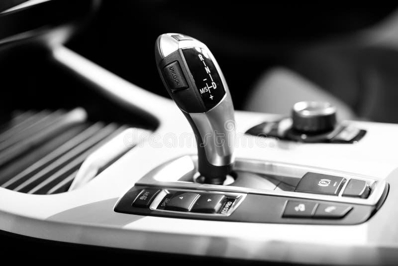 Engranaje moderno del cambio en interior de lujo del coche foto de archivo libre de regalías