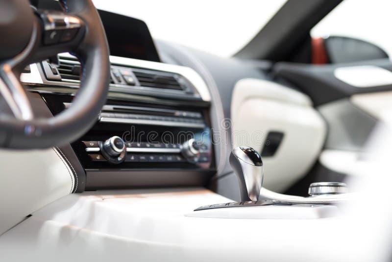Engranaje moderno del cambio en interior de lujo del coche imagen de archivo libre de regalías