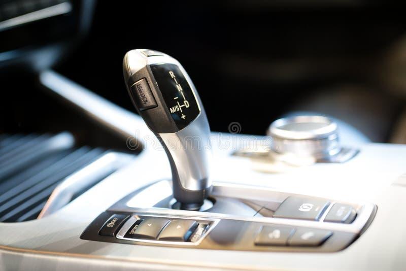 Engranaje moderno del cambio en interior de lujo del coche imagen de archivo