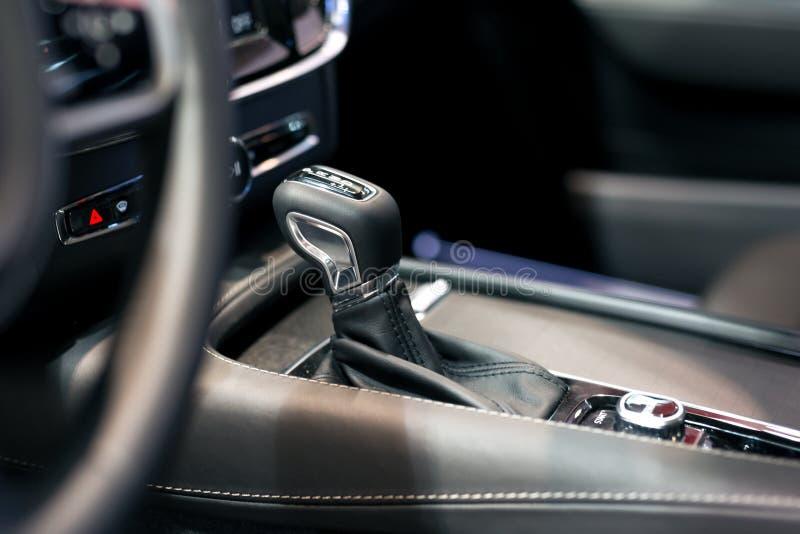Engranaje moderno del cambio en interior de lujo del coche imágenes de archivo libres de regalías