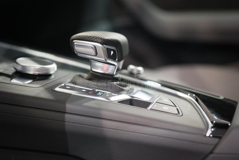 Engranaje moderno del cambio en interior de lujo del coche fotos de archivo