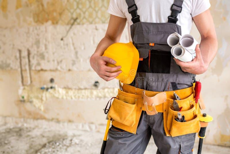Engranaje protector, herramientas de funcionamiento, proyectos y un casco fotografía de archivo libre de regalías